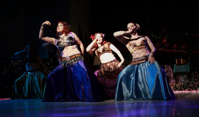 Sôi động điệu múa Belly Dance cuốn hút tại Cafe Quang Minh