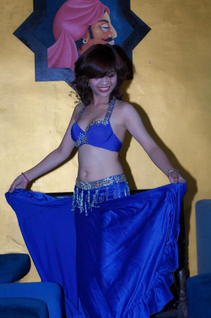 Trang phục màu xanh đơn giản và quý phái